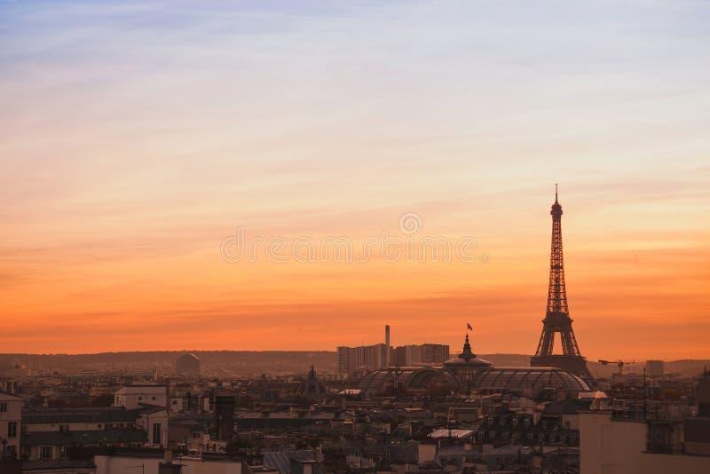 Opinión de la puesta del sol de París imagenes de archivo