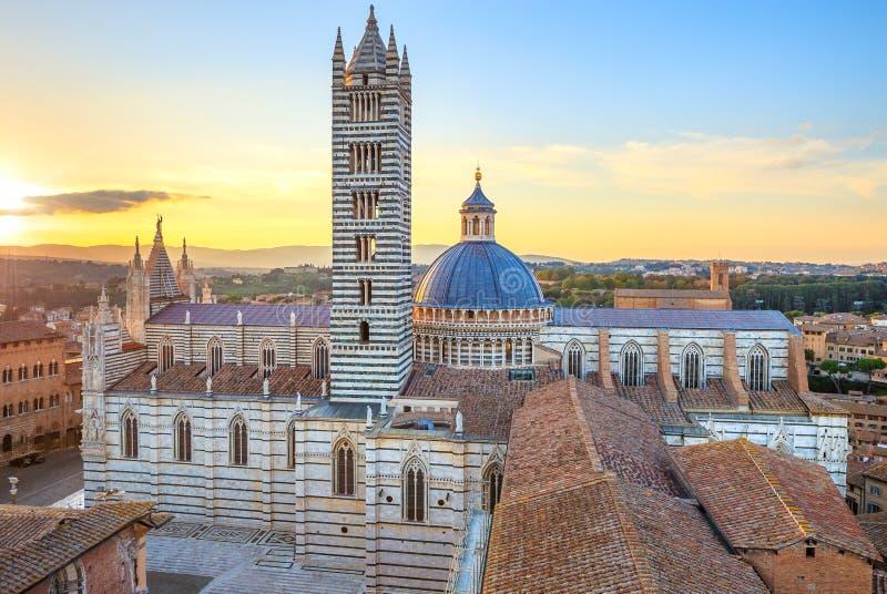 Opinión de la puesta del sol de Siena. Señal de la catedral. Toscana, fotografía de archivo libre de regalías