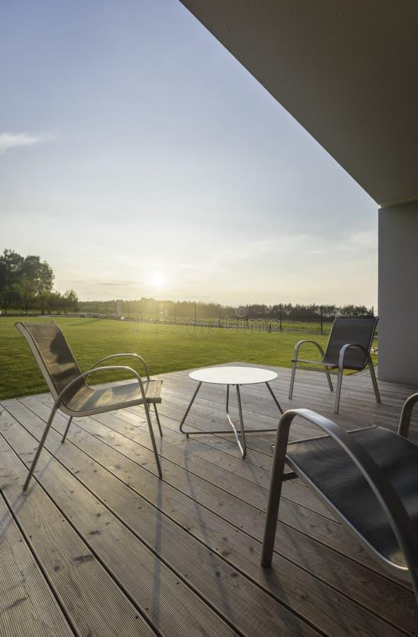 Opinión de la puesta del sol del patio moderno foto de archivo libre de regalías
