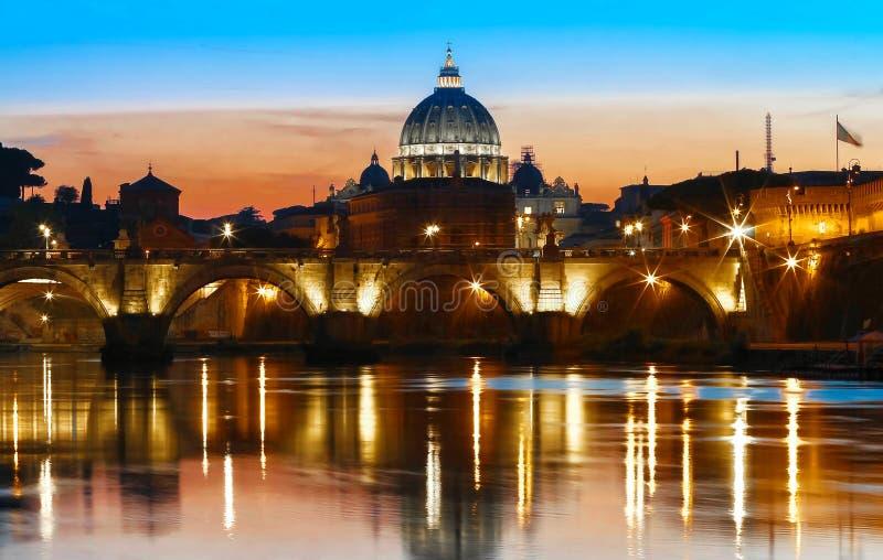 Opinión de la puesta del sol del Vaticano con la basílica del ` s de San Pedro, Roma, Italia imagen de archivo libre de regalías