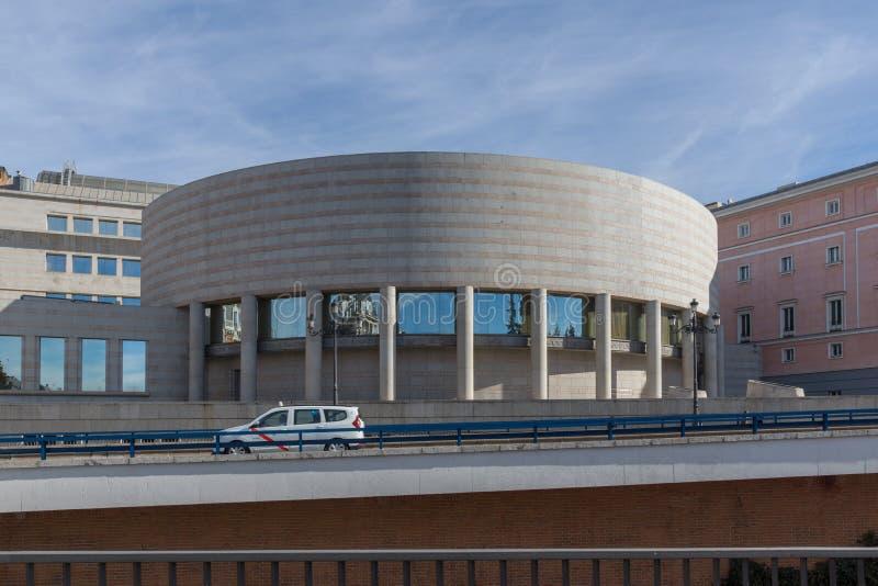 Opinión de la puesta del sol del edificio de la ciudad del senado de Madrid, España imagen de archivo libre de regalías
