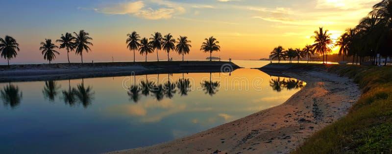 Opinión de la puesta del sol en Bagan Pinang Beach Port Dickson imagenes de archivo