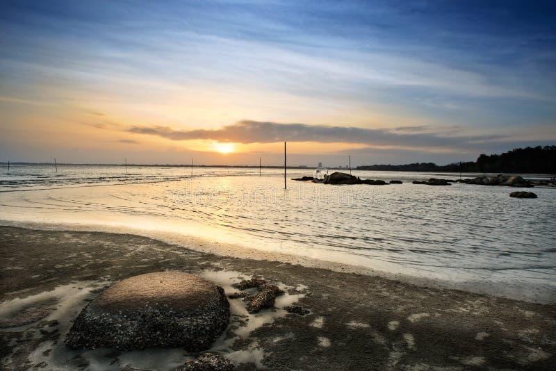 Opinión de la puesta del sol en la cara Kuantan Malasia de la playa fotos de archivo libres de regalías