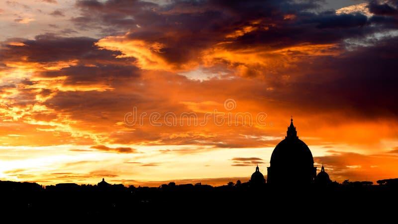 Opinión de la puesta del sol en la catedral de San Pedro en Roma, Italia fotos de archivo libres de regalías