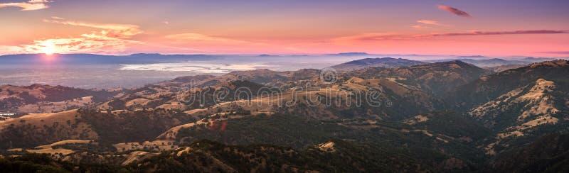 Opinión de la puesta del sol de las montañas situadas en el sur San Francisco b fotografía de archivo