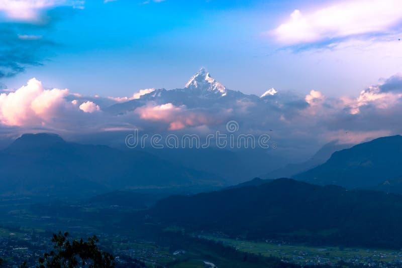 Opini?n de la puesta del sol de la monta?a de la espina de pescado de la colina de Sarangkot en Pokhara, Nepal fotografía de archivo libre de regalías