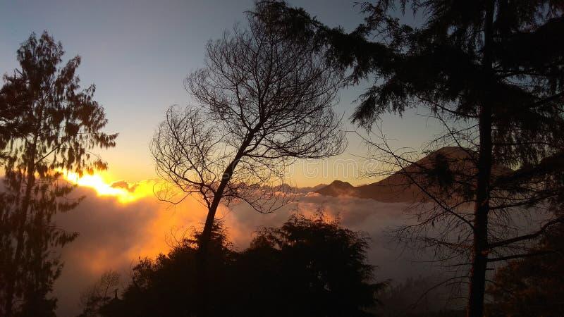Opinión de la puesta del sol de la montaña sumbing foto de archivo libre de regalías