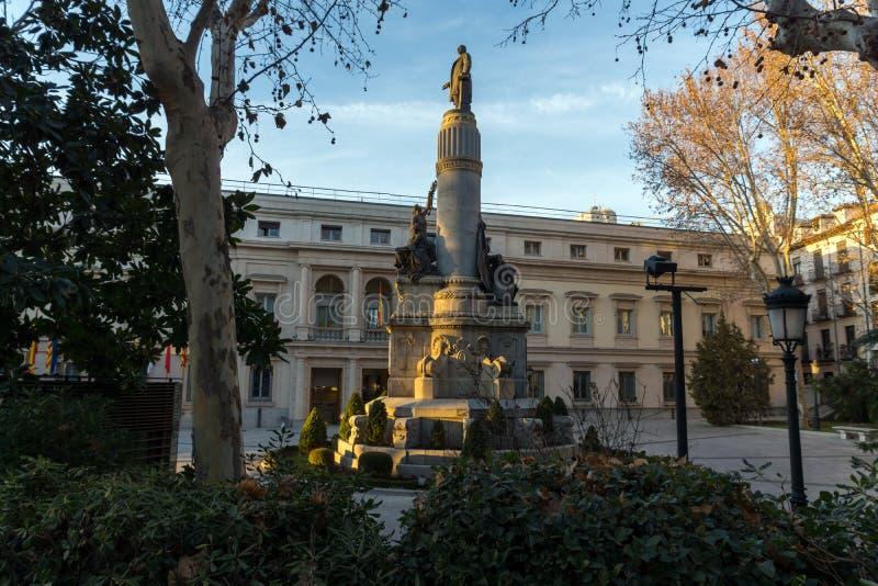 Opinión de la puesta del sol del monumento de Francisco Romero Robledo y del senado en la ciudad de Madrid, España foto de archivo libre de regalías