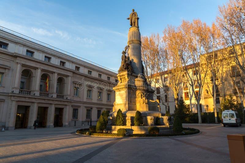 Opinión de la puesta del sol del monumento de Francisco Romero Robledo y del senado en la ciudad de Madrid, España fotos de archivo libres de regalías