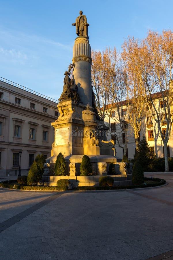 Opinión de la puesta del sol del monumento de Francisco Romero Robledo y del senado en la ciudad de Madrid, España fotografía de archivo libre de regalías