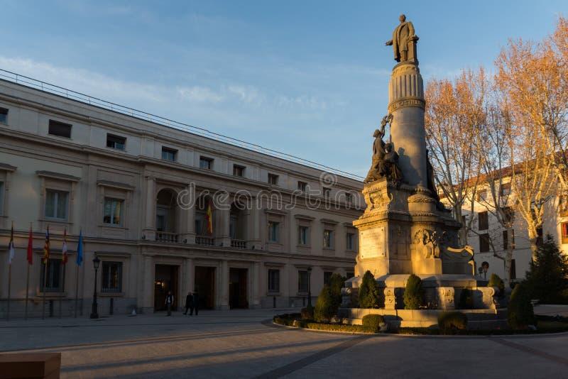 Opinión de la puesta del sol del monumento de Francisco Romero Robledo y del senado en la ciudad de Madrid, España foto de archivo