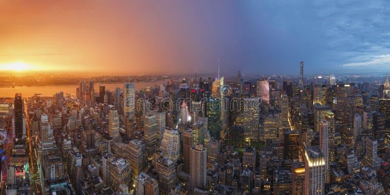 Opinión de la puesta del sol de New York City según lo visto de la plataforma de observación del centro de Rockefeller New York C fotografía de archivo