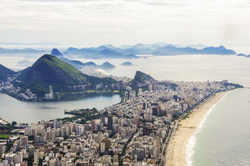 Opinión de la puesta del sol del pan de azúcar de la montaña y de Botafogo en Río de Janeiro brazil imagenes de archivo