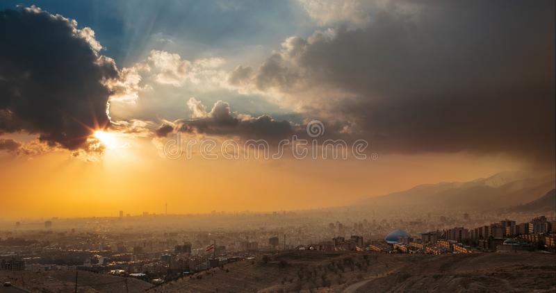 Opinión de la puesta del sol del panorama de la ciudad de Teherán la capital de Irán con Dracmas fotografía de archivo libre de regalías