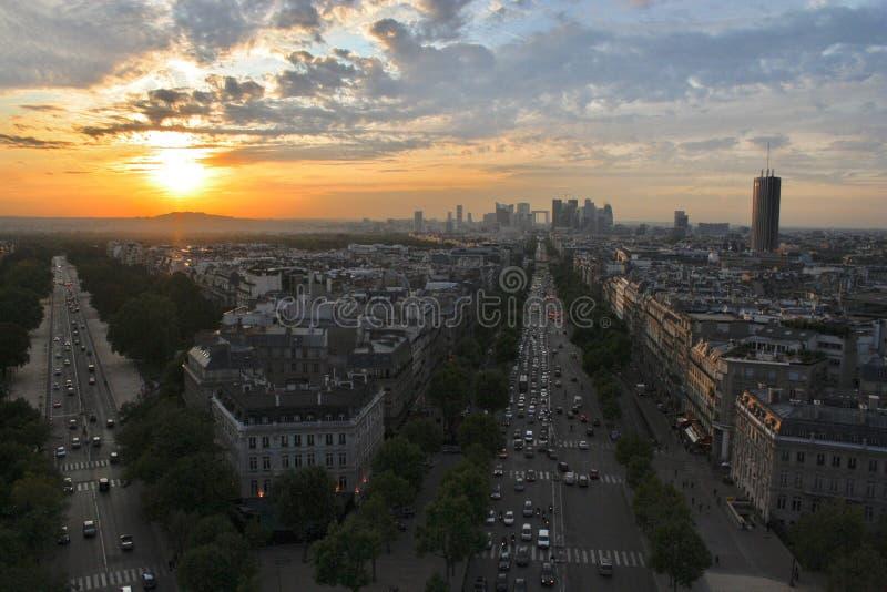 Opinión de la puesta del sol de París del arco de Triumph imagen de archivo libre de regalías