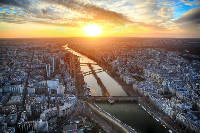 Opinión de la puesta del sol a partir del tercera piso de la torre Eiffel imagen de archivo