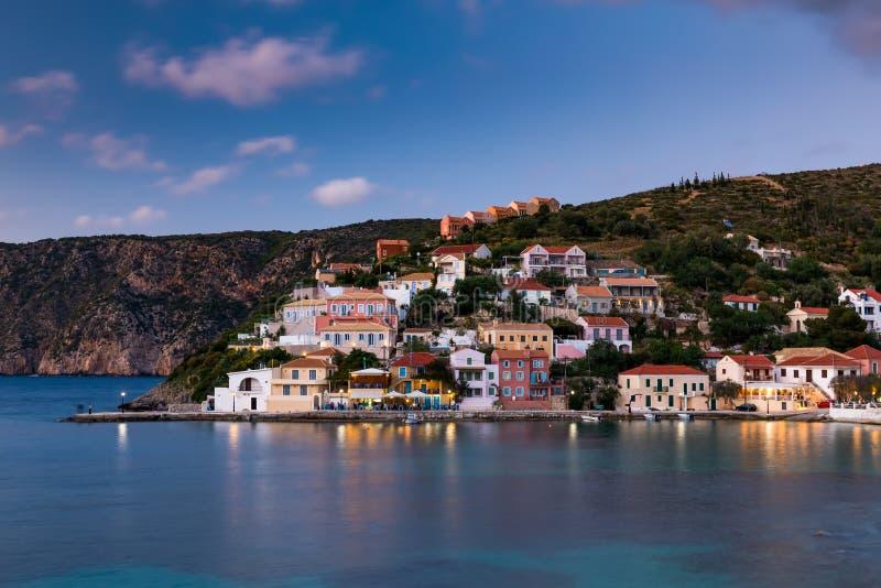 Opini?n de la puesta del sol del pueblo de Asos en la costa oeste de Kefalonia, Grecia, Europa fotos de archivo