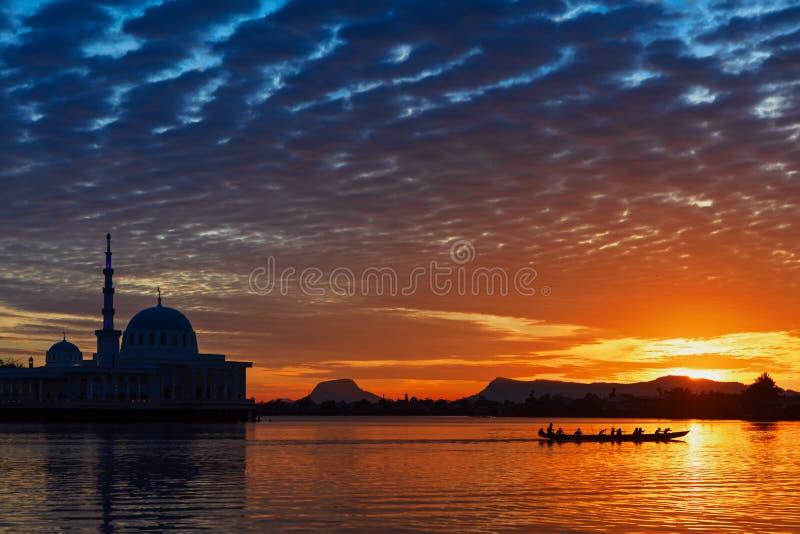 Opinión de la puesta del sol que sorprende del río de Sarawak en la ciudad de Kuching imagen de archivo libre de regalías