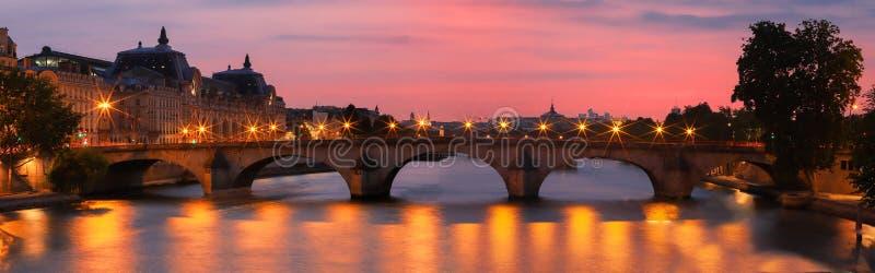 Opinión de la puesta del sol de río Sena, del puente real y del museo de Orsay en París, Francia fotos de archivo