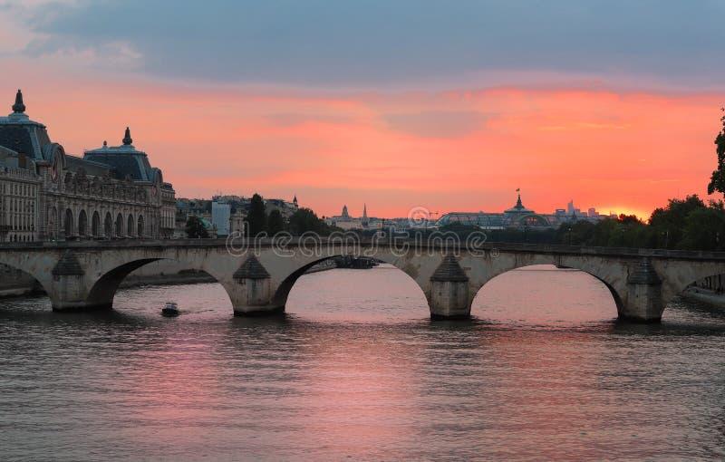 Opinión de la puesta del sol de río Sena, del puente real y del museo de Orsay en París, Francia fotografía de archivo