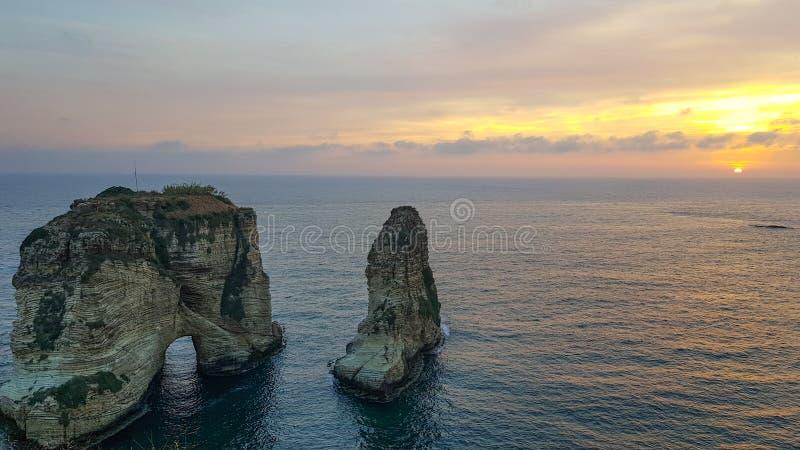 Opinión de la puesta del sol de la roca Raouché, Beirut de la paloma L?bano imagen de archivo