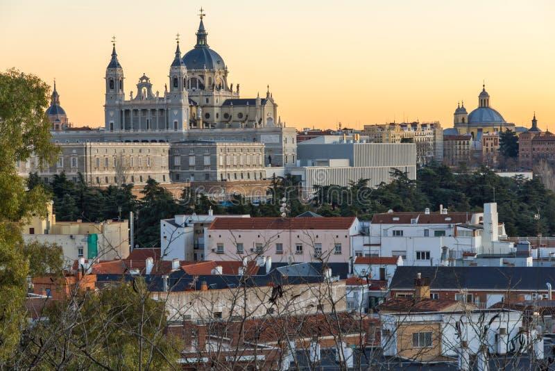 Opinión de la puesta del sol Royal Palace y Almudena Cathedral en la ciudad de Madrid, España fotos de archivo libres de regalías