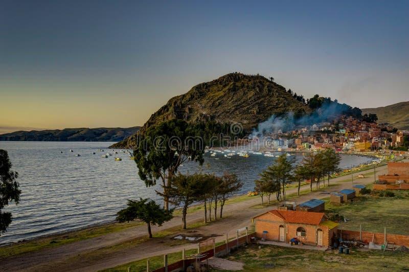 Opinión de la puesta del sol sobre Copacabana Bolivia el lago Titicaca fotografía de archivo