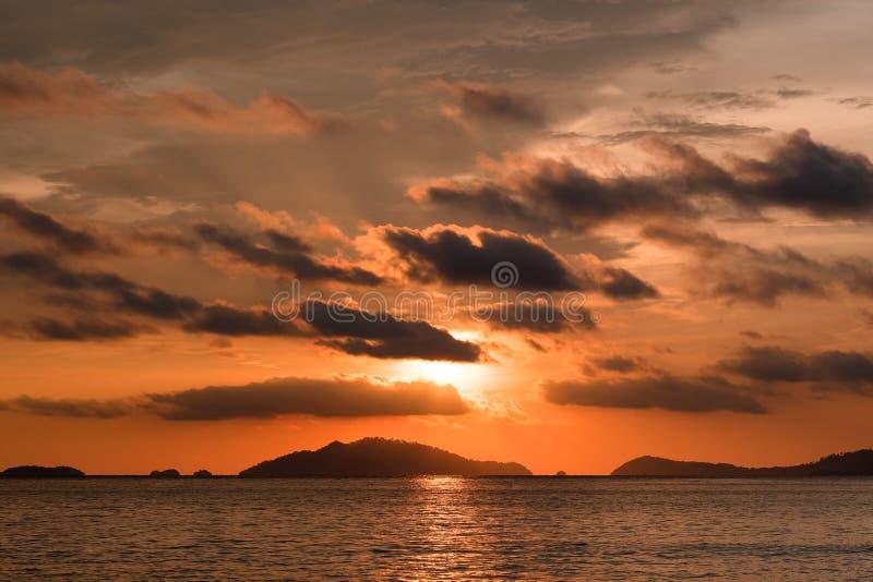 Opinión de la puesta del sol sobre el océano en verano Puesta del sol asombrosa Puesta del sol en verano Puesta del sol natural P fotografía de archivo