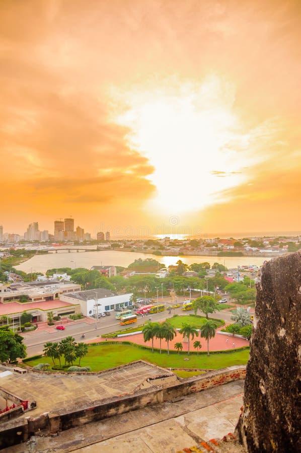 Opinión de la puesta del sol sobre el paisaje urbano de Cartagena de la fortaleza San Felipe - Colombia imagenes de archivo