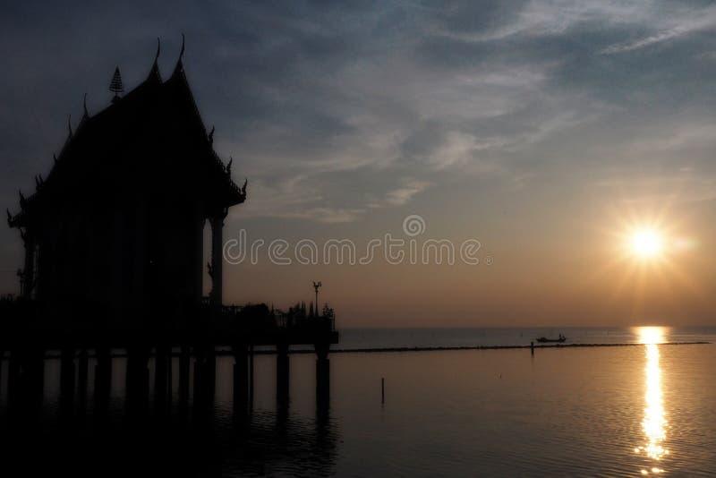Opinión de la puesta del sol sobre el río cerca del templo tailandés foto de archivo libre de regalías