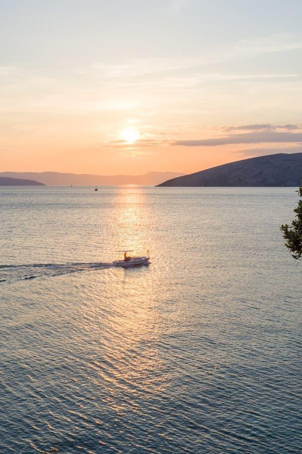 Opinión de la puesta del sol sobre la isla de Krk foto de archivo