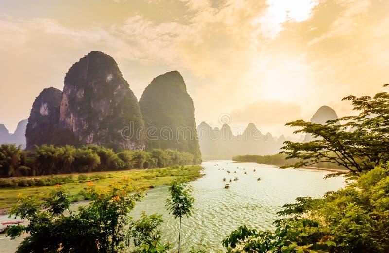 Opinión de la puesta del sol sobre paisaje del karst y río de Li por Yanhshuo en China fotografía de archivo