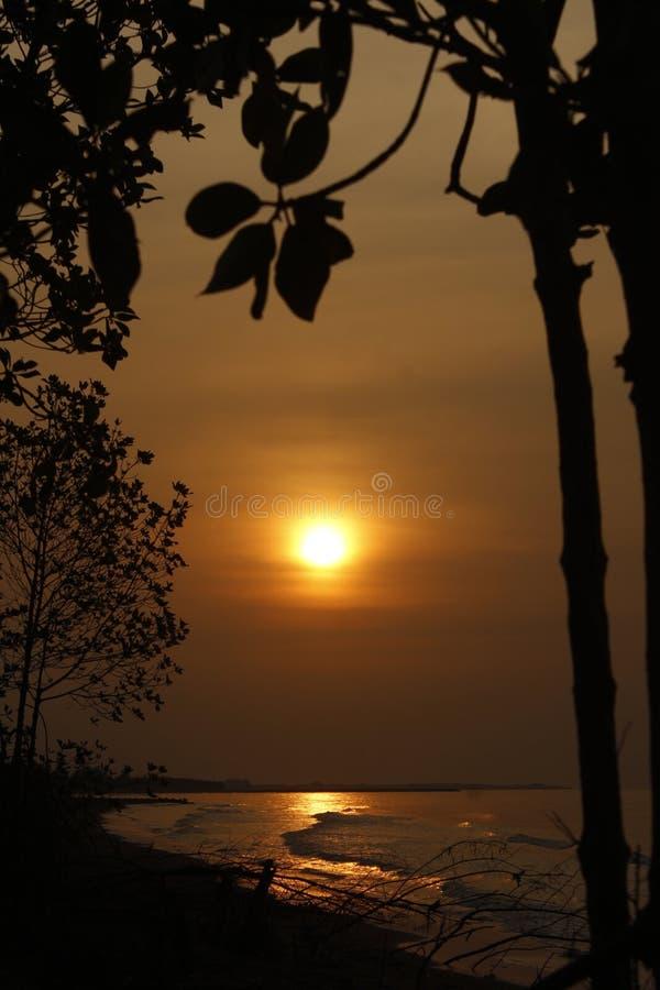 Opinión de la puesta del sol sobre la playa fotografía de archivo