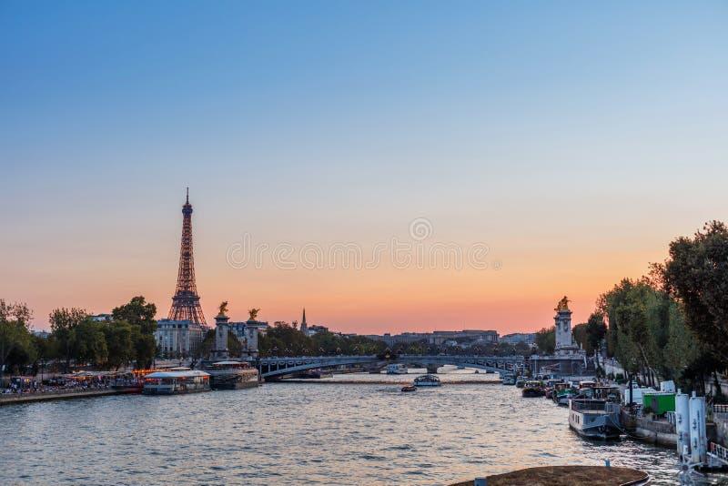 Opinión de la puesta del sol de la torre Eiffel, de Alejandro III y de río Sena en París, Francia Arquitectura y se?ales de Par?s imagen de archivo libre de regalías