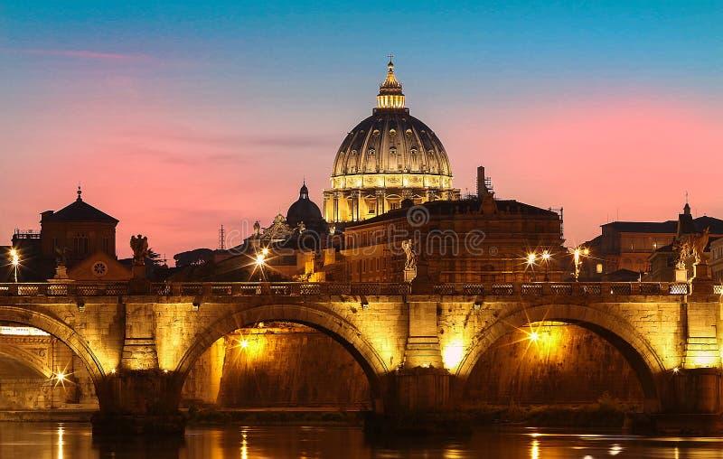 Opinión de la puesta del sol del Vaticano con la basílica del ` s de San Pedro, Roma, Italia fotografía de archivo