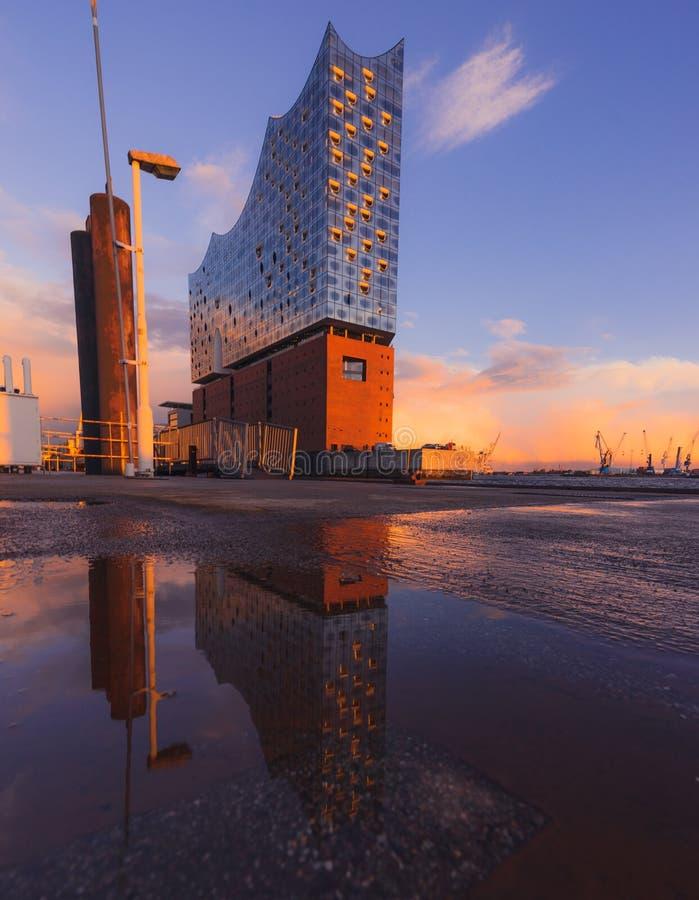 Opinión de la puesta del sol y de la reflexión sobre el Elbphilharmonie en Hamburgo fotos de archivo libres de regalías