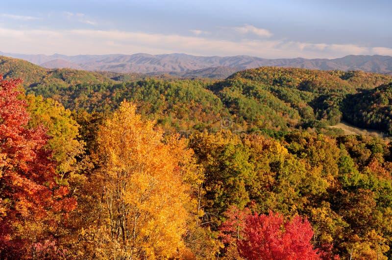 Opinión de la ruta verde de las colinas en las montañas ahumadas en Autumn Color fotografía de archivo libre de regalías