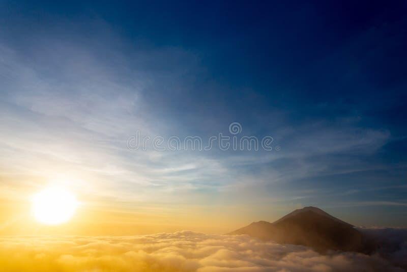 Opinión de la salida del sol de Batur del soporte, Bali imagen de archivo libre de regalías