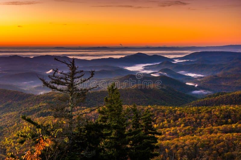 Opinión de la salida del sol del otoño de alturas del faro, en Ridge Parkw azul fotografía de archivo libre de regalías