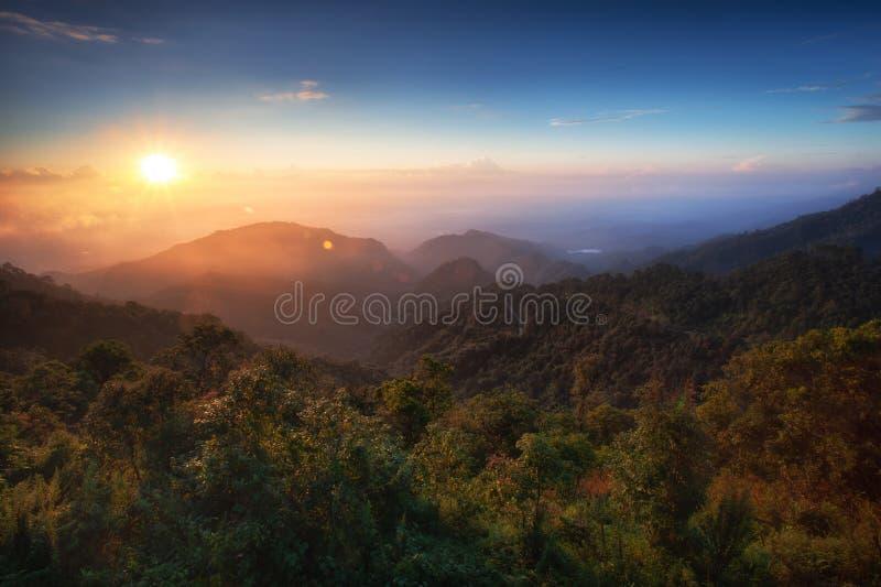Opinión de la salida del sol en Doi Ang Khang Chiang Mai foto de archivo libre de regalías