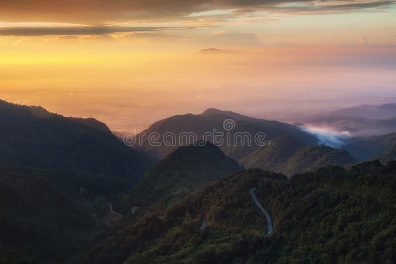 Opinión de la salida del sol en Doi Ang Khang Chiang Mai imagenes de archivo