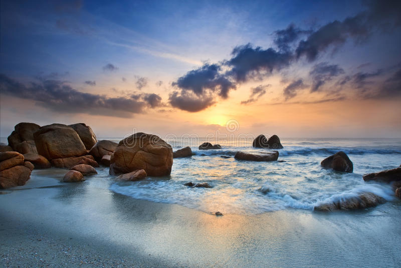 Opinión de la salida del sol en la playa Kuantan Malasia foto de archivo