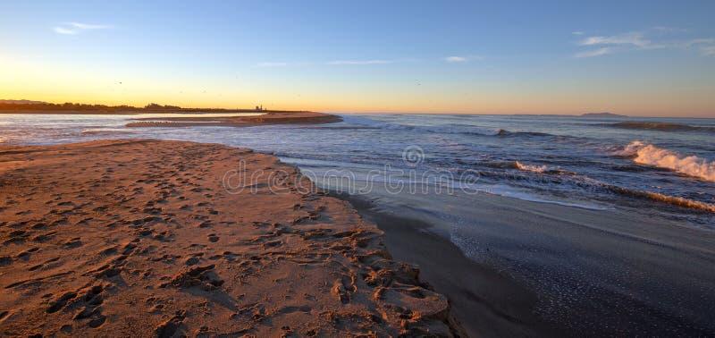 Opinión de la salida del sol de la madrugada del río Santa Clara que fluye en el Océano Pacífico en el Gold Coast de California e fotos de archivo