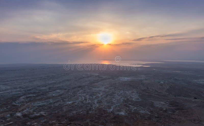 Opinión de la salida del sol del mar muerto de la trayectoria que lleva a las ruinas de la fortaleza de Masada fotografía de archivo