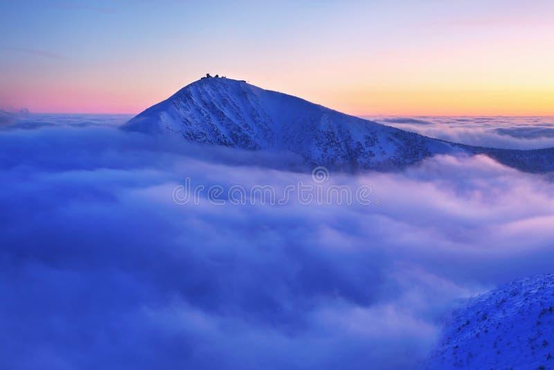 Opinión de la salida del sol de la vaina Snezkou de la CPE en las montañas de Krkonose en invierno República Checa Opinión panorá imagenes de archivo