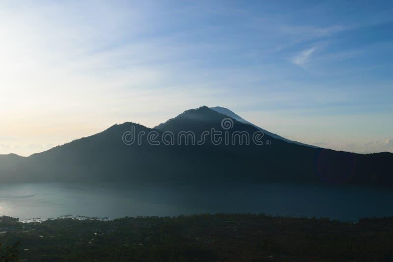 Opinión de la salida del sol del volcán de Gunung Batur en Bali con el volcán visible de Agung del soporte foto de archivo libre de regalías