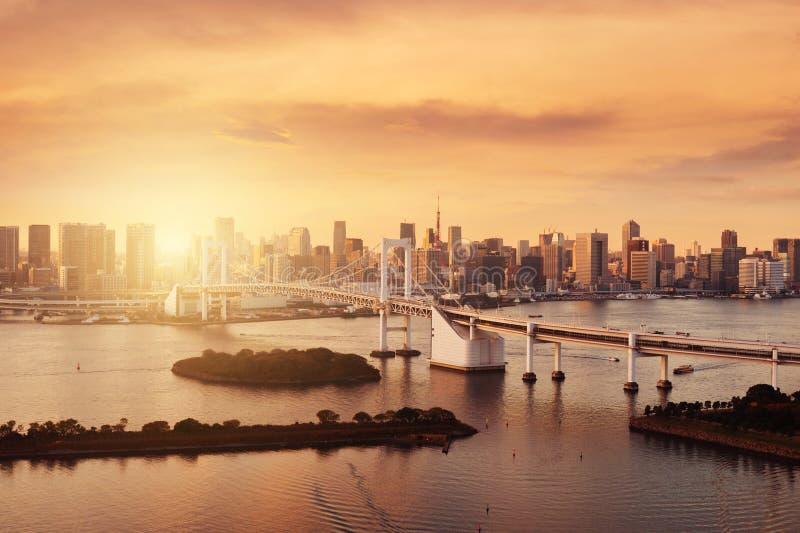Opinión de la señal del horizonte de la ciudad de Tokio con el tiempo caliente f de la puesta del sol del tono fotografía de archivo