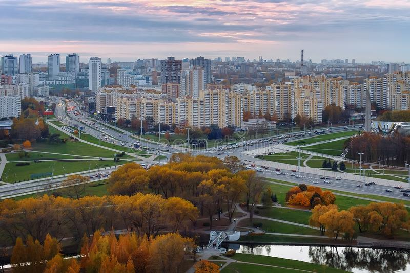 Opinión de la tarde de la ciudad de Minsk Panorama en la puesta del sol belarus imágenes de archivo libres de regalías