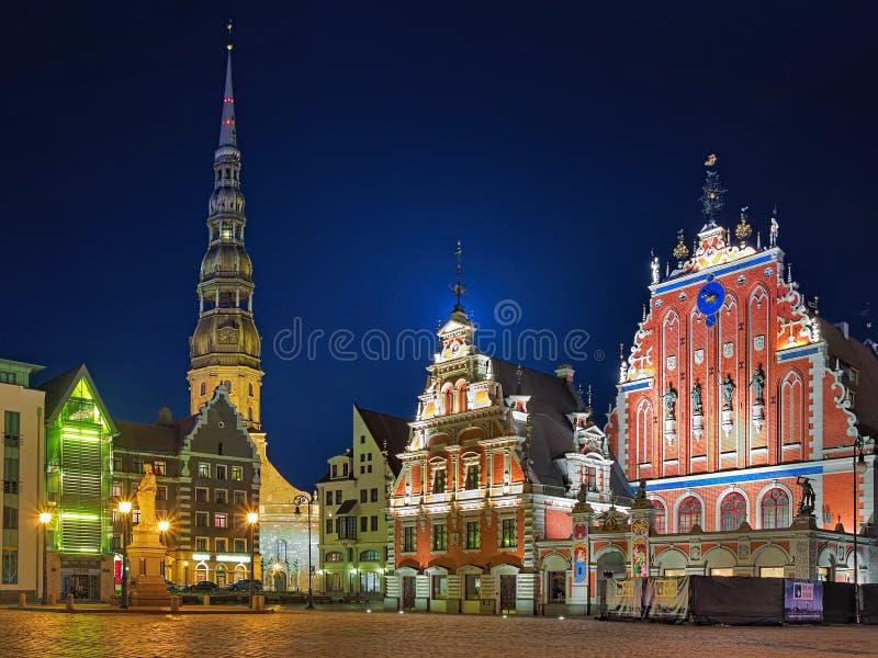 Opinión de la tarde de la ciudad Hall Square con la casa de las espinillas en Riga imagen de archivo libre de regalías