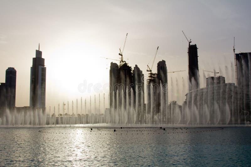 Opinión de la tarde de la fuente de Dubai cerca de la alameda de Dubai en Dubai, UAE imágenes de archivo libres de regalías